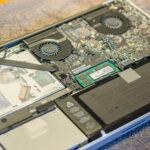 Das geöffnete Macbook - DVD Laufwerk oben links, darunter die Festplatte.